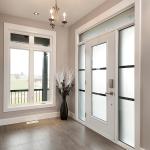 fenêtre à battants blanc et porte en acier