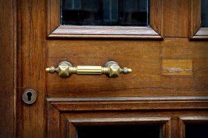 Comment faire des économies sur une porte extérieure