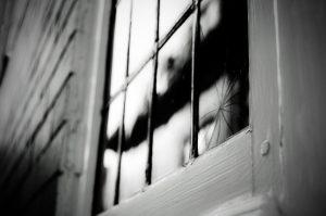 Fissure dans la fenêtre d'une porte
